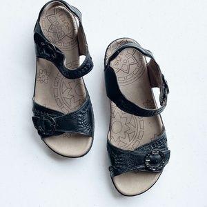 Taos Weaver Black Velcro Sandals Sz 9